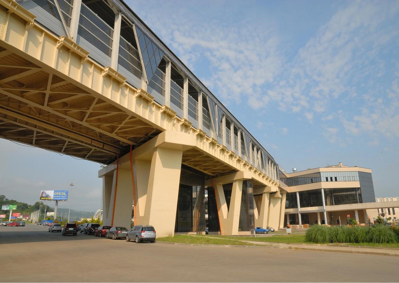 эстакада и остан.павильон аэропортовый комплекс Сочи-Адлер.jpg